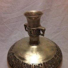 Antigüedades: ANTIGUO JARRÓN DE BRONCE LABRADO CON DECORACIÓN EN ALFABETO COREANO. Lote 112218911