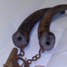Antiquités: PAREJA DE CUERNOS CON CADENA DE FORJA PARA LLEVAR ACEITE Y VINAGRE. Lote 112226143