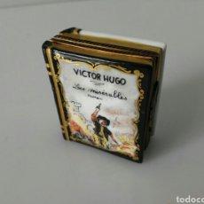 Antigüedades: LIMOGES CAJA LIBRO PORCELANA VÍCTOR HUGO LOS MISERABLES PINTADA A MANO NUMERADA. Lote 112246366