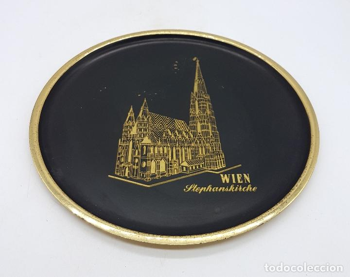 Antigüedades: Plato antiguo de bronce esmaltado en color negro y grabado a mano, Wien Stephanskirche . - Foto 2 - 112249243