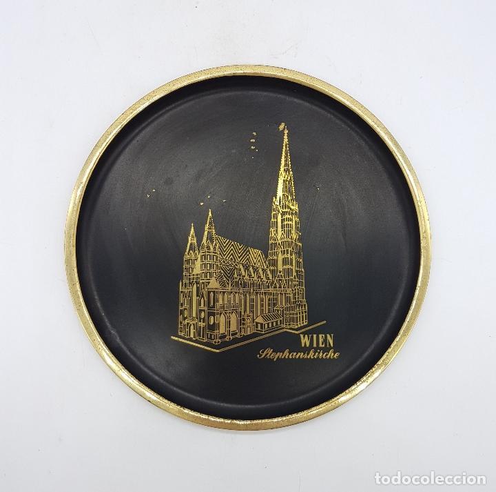 Antigüedades: Plato antiguo de bronce esmaltado en color negro y grabado a mano, Wien Stephanskirche . - Foto 4 - 112249243