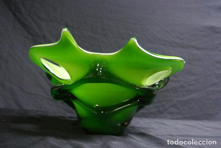 Antigüedades: Centro de mesa, en cristal verde y blanco. Bohemia. Vintage - Foto 2 - 112254511