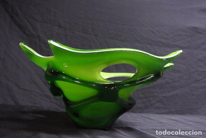 Antigüedades: Centro de mesa, en cristal verde y blanco. Bohemia. Vintage - Foto 3 - 112254511