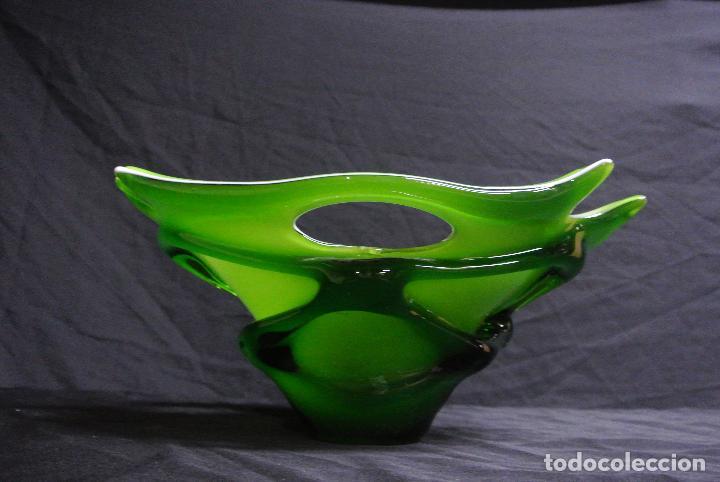 Antigüedades: Centro de mesa, en cristal verde y blanco. Bohemia. Vintage - Foto 9 - 112254511