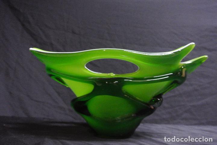Antigüedades: Centro de mesa, en cristal verde y blanco. Bohemia. Vintage - Foto 10 - 112254511