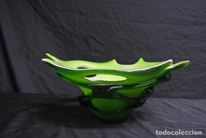 Antigüedades: Centro de mesa, en cristal verde y blanco. Bohemia. Vintage - Foto 11 - 112254511