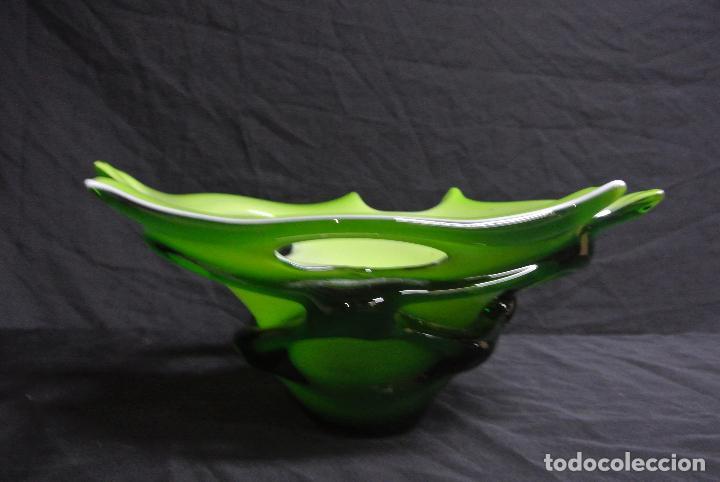 Antigüedades: Centro de mesa, en cristal verde y blanco. Bohemia. Vintage - Foto 13 - 112254511