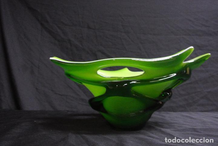 Antigüedades: Centro de mesa, en cristal verde y blanco. Bohemia. Vintage - Foto 14 - 112254511
