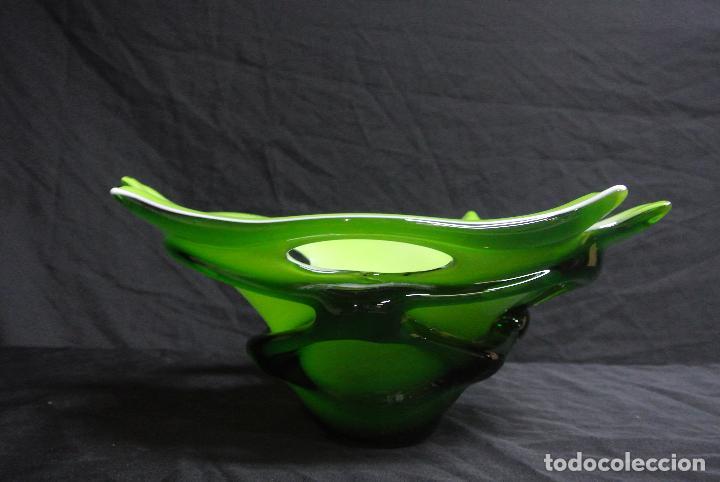 Antigüedades: Centro de mesa, en cristal verde y blanco. Bohemia. Vintage - Foto 16 - 112254511