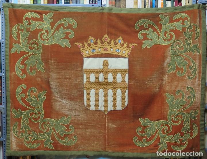 GRAN REPOSTERO CON ESCUDO DE SEGOVIA. FUNDACION GENERALISIMO. NUEVOS GREMIOS. FIRMADO (Antigüedades - Hogar y Decoración - Tapices Antiguos)