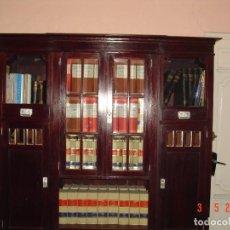 Antigüedades: DESPACHO CLÁSICO DE CAOBA CON MESA, SILLÓN, DOS VITRINAS Y CUATRO SILLAS.. Lote 112328591
