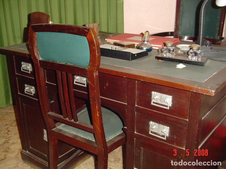 Antigüedades: Despacho clásico de caoba con mesa, sillón, dos vitrinas y cuatro sillas. - Foto 3 - 112328591