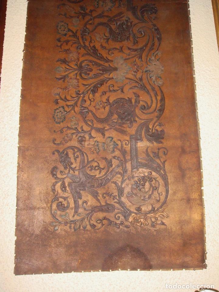 Antigüedades: Antiguo repostero de cuero repujado. Cordoban. Policromado. - Foto 2 - 112365267