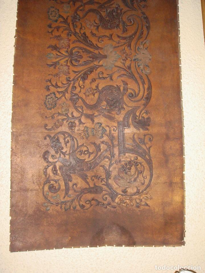Antigüedades: Antiguo repostero de cuero repujado. Cordoban. Policromado. - Foto 5 - 112365267