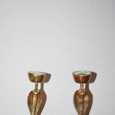 Antigüedades: PAREJA DE ANTIGUOS CANDELABROS DE BRONCE CON FORMA DE COBRA - SERPIENTE. Lote 112380011