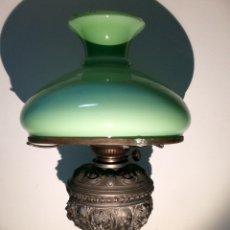 Antigüedades: LAMPARA QUINQUÉ CON OPALINA VERDE, PRINCIPIOS DEL SIGLO XX.. Lote 112397132