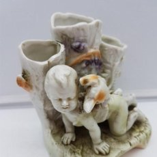 Antigüedades: PRECIOSO PALILLERO ANTIGUO ALEMÁN EN PORCELANA DE BISCUIT NUMERADO, NIÑO CON PERRO A GATAS.. Lote 112399231
