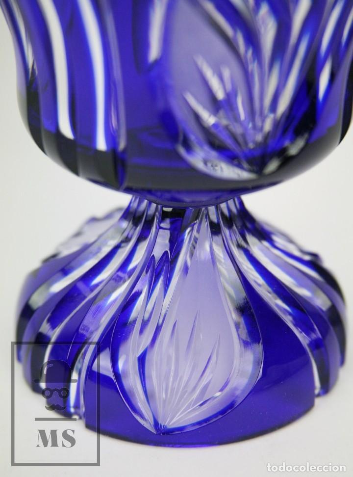 Antigüedades: Bombonera de Cristal de Bohemia Tallado y Tintado en Azul Cobalto - Años 60-70 - Altura 28 cm - Foto 2 - 112429999