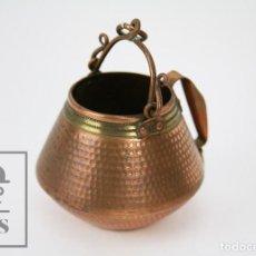 Antigüedades: PEQUEÑA OLLA O CALDERO DECORTAIVO DE COBRE - MEDIDAS 9 X 8,5 X 7,5 CM . Lote 112430207