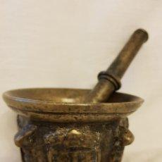 Antigüedades: ALMIREZ DE BRONCE CON MANO. 4 BLASONES DE LOS ENRÍQUEZ, ALMIRANTES DE CASTILLA. SIGLO XVII. Lote 112574879