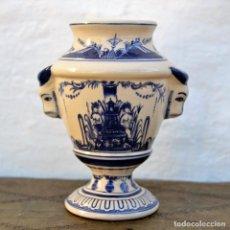 Antigüedades: JARRON EN CERAMICA CON DECORACION FLORAL Y ASAS EN FORMA DE CABEZA DE TORO * BLANCOS Y AZULES. Lote 112594367