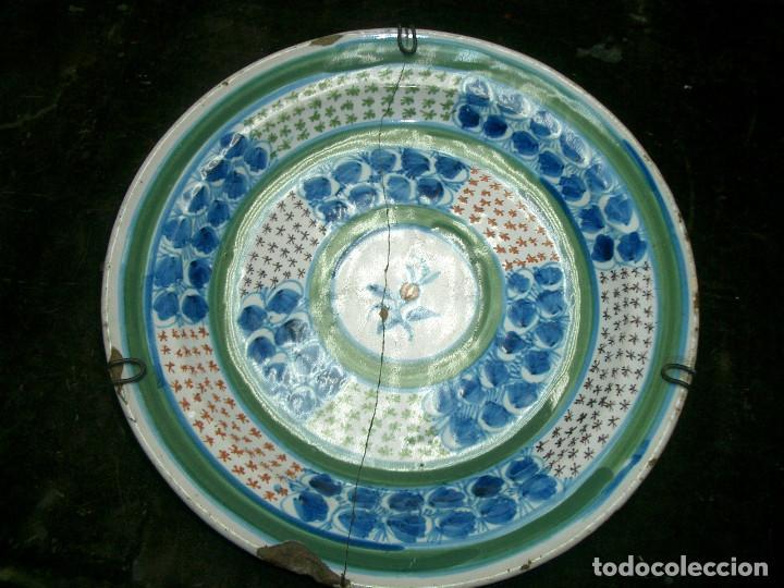 PLATO DE CERÁMICA DE TALAVERA DE LA REINA SIGLO XX. DIAMERO 31CM, EN MAL ESTADO, LAÑADO (Antigüedades - Porcelanas y Cerámicas - Talavera)