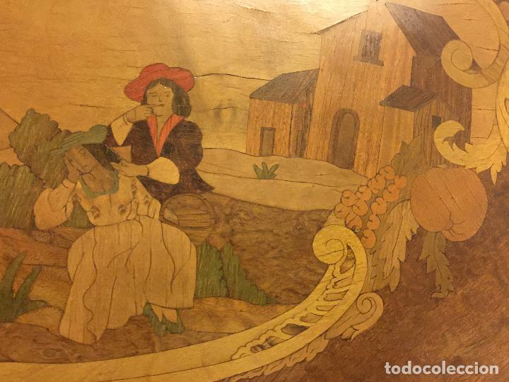 Antigüedades: Extraordinaria mesa de juego abatible con marqueteria policromada. Mide 94cms de diametro. Leer mas. - Foto 2 - 112617175