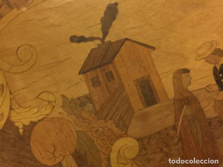 Antigüedades: Extraordinaria mesa de juego abatible con marqueteria policromada. Mide 94cms de diametro. Leer mas. - Foto 4 - 112617175