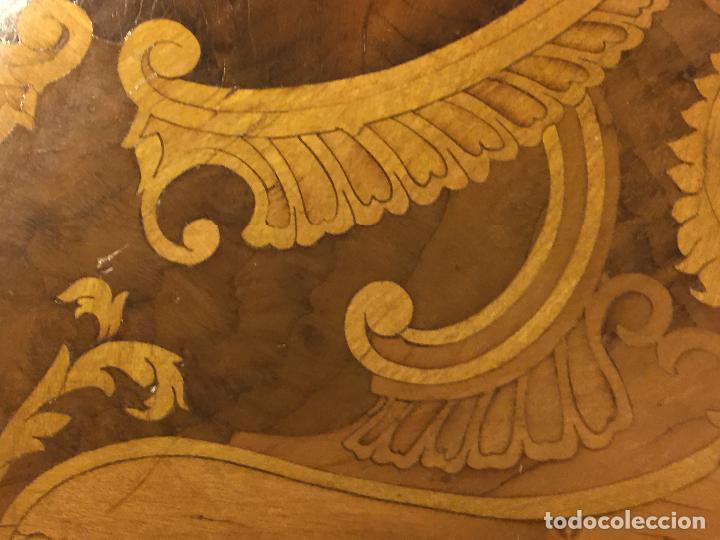 Antigüedades: Extraordinaria mesa de juego abatible con marqueteria policromada. Mide 94cms de diametro. Leer mas. - Foto 6 - 112617175