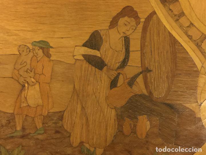 Antigüedades: Extraordinaria mesa de juego abatible con marqueteria policromada. Mide 94cms de diametro. Leer mas. - Foto 7 - 112617175