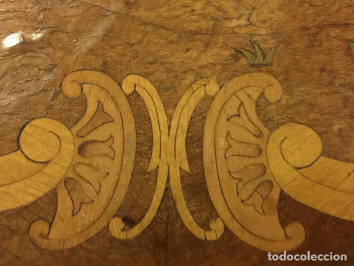 Antigüedades: Extraordinaria mesa de juego abatible con marqueteria policromada. Mide 94cms de diametro. Leer mas. - Foto 9 - 112617175