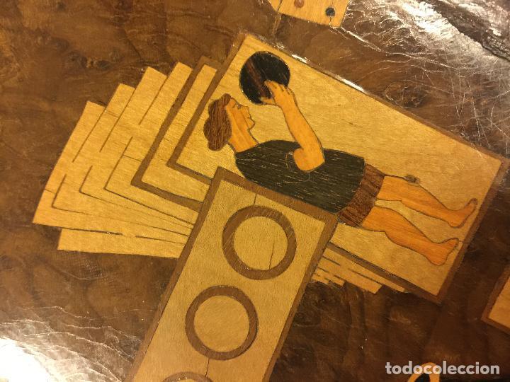 Antigüedades: Extraordinaria mesa de juego abatible con marqueteria policromada. Mide 94cms de diametro. Leer mas. - Foto 12 - 112617175