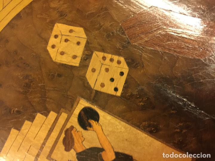 Antigüedades: Extraordinaria mesa de juego abatible con marqueteria policromada. Mide 94cms de diametro. Leer mas. - Foto 13 - 112617175