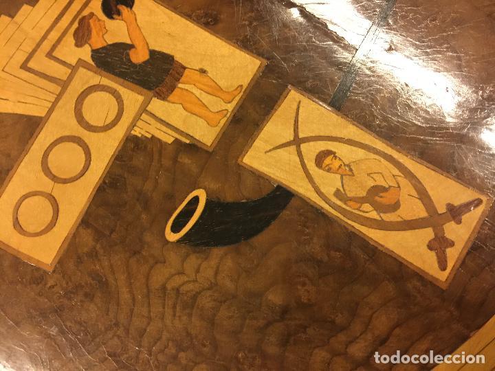 Antigüedades: Extraordinaria mesa de juego abatible con marqueteria policromada. Mide 94cms de diametro. Leer mas. - Foto 14 - 112617175