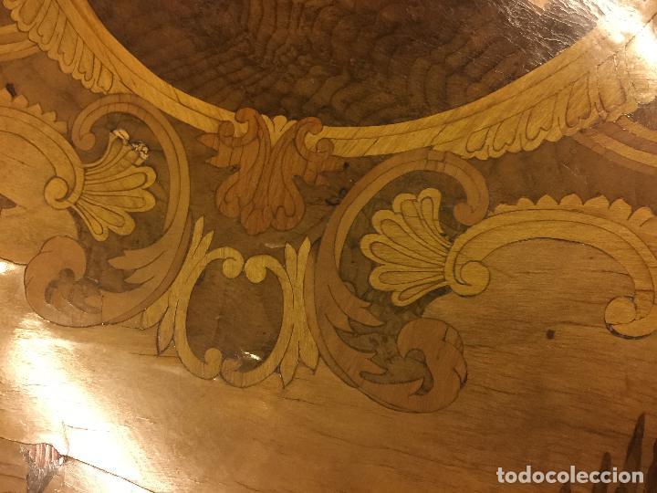 Antigüedades: Extraordinaria mesa de juego abatible con marqueteria policromada. Mide 94cms de diametro. Leer mas. - Foto 15 - 112617175