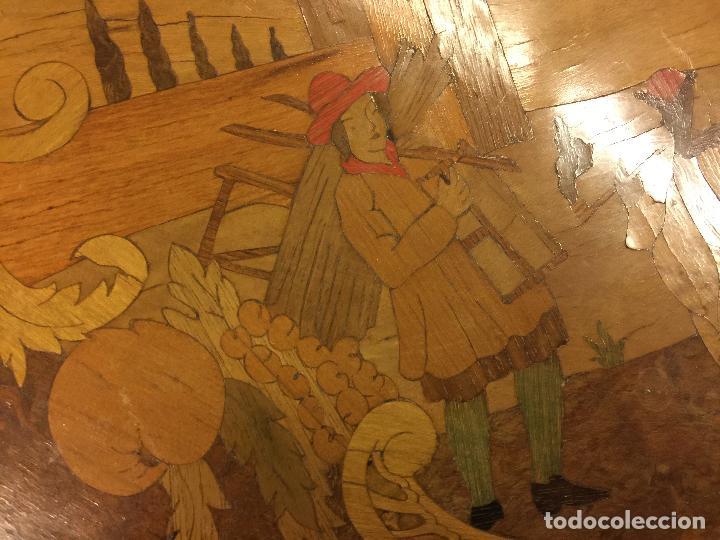 Antigüedades: Extraordinaria mesa de juego abatible con marqueteria policromada. Mide 94cms de diametro. Leer mas. - Foto 19 - 112617175