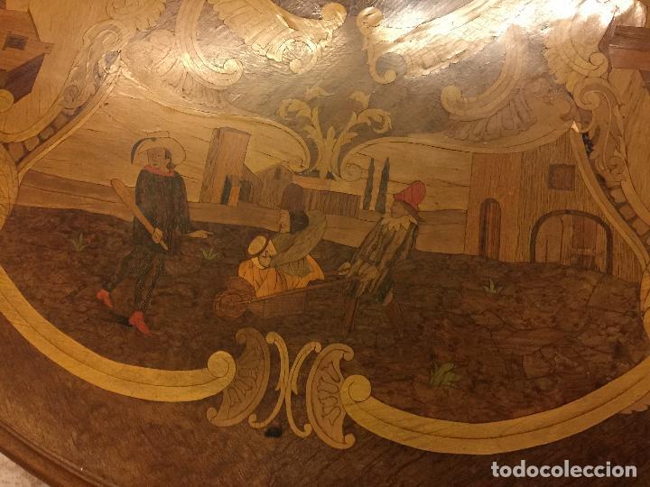 Antigüedades: Extraordinaria mesa de juego abatible con marqueteria policromada. Mide 94cms de diametro. Leer mas. - Foto 24 - 112617175