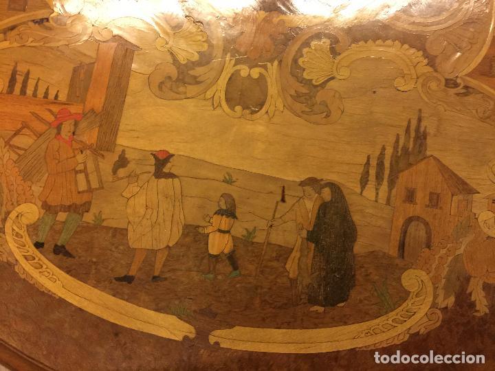 Antigüedades: Extraordinaria mesa de juego abatible con marqueteria policromada. Mide 94cms de diametro. Leer mas. - Foto 25 - 112617175