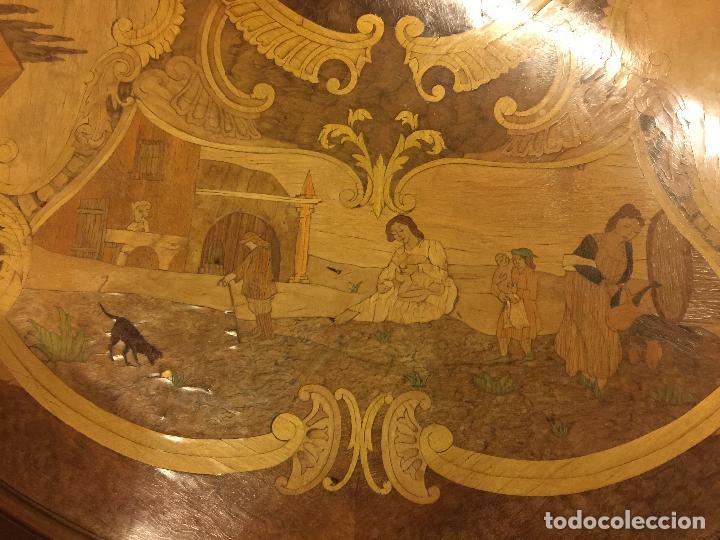 Antigüedades: Extraordinaria mesa de juego abatible con marqueteria policromada. Mide 94cms de diametro. Leer mas. - Foto 26 - 112617175