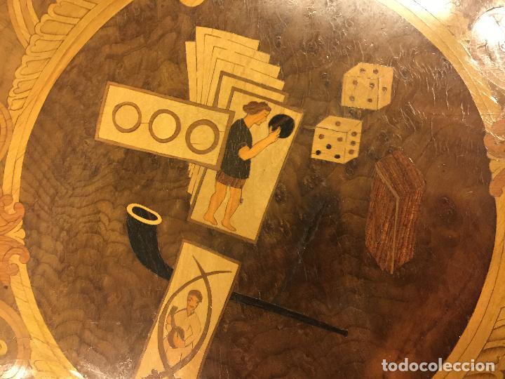 Antigüedades: Extraordinaria mesa de juego abatible con marqueteria policromada. Mide 94cms de diametro. Leer mas. - Foto 27 - 112617175