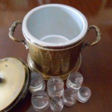 Antigüedades: ANTIGÜA CUBITERA DE HIELO EN LATON REPUJADO EXTERIORMENTE. Lote 70393253