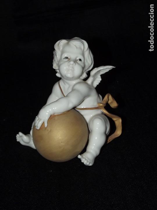 ANGELITO CON BOLA EN AUTÉNTICA PORCELANA DE ALGORA DOCUMENTADA. PERFECTO ESTADO (Antigüedades - Porcelanas y Cerámicas - Algora)