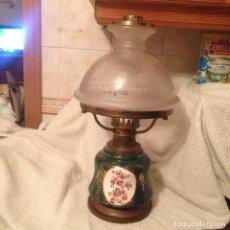 Antigüedades: EXTRAORDINARIA LAMPARA DE PORCELANA FORMA DE QUINQUE ANTIGUO,TULIPA CON DIBUJOS EN TRANSPARENTE.. Lote 112739423