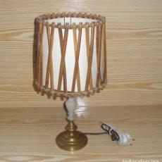 Antigüedades: LAMPARA DE MESA EN LATON ALABASTRO Y PANTALLA DE CAÑA.. Lote 112750299
