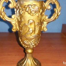 Antigüedades: COPA ANTIGUA DE METAL CON ADORNOS. Lote 112795519