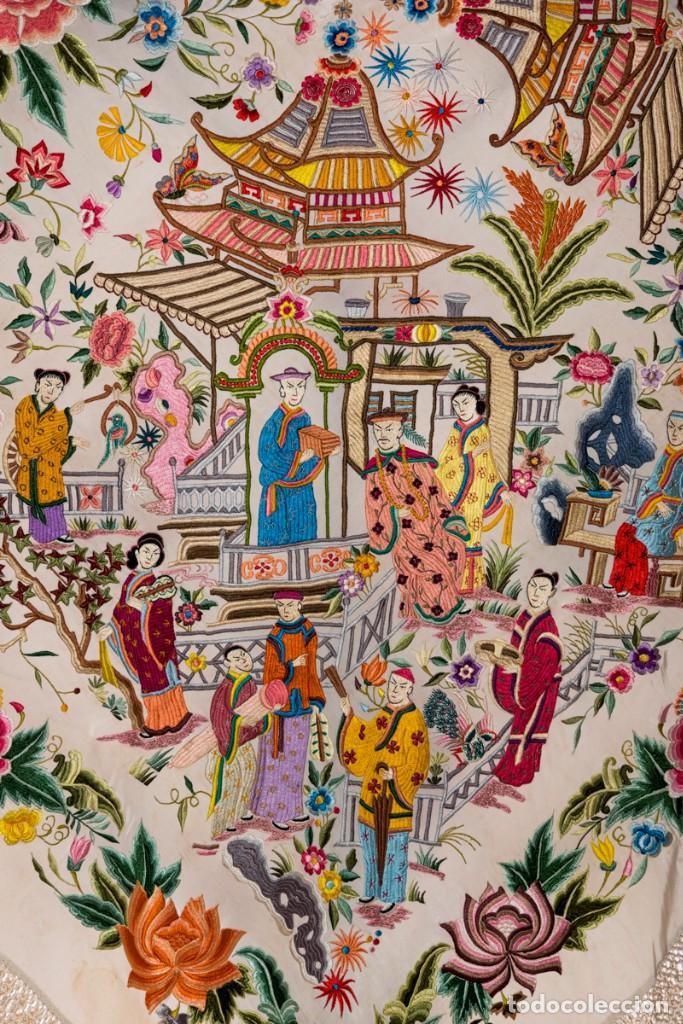 Antigüedades: Mantón de Manila antiguo de seda natural bordado con fleco anudado a mano (M.ANT-66) - Foto 2 - 112843691