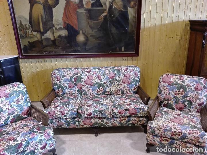 TRESILLO DE NOGAL, CERCA DE 1.930, BRAZOS DE REJILLA, TAPICERIA DE CRETONA INGLESA (Antigüedades - Muebles Antiguos - Sofás Antiguos)