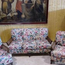 Antigüedades: TRESILLO DE NOGAL, CERCA DE 1.930, BRAZOS DE REJILLA, TAPICERIA DE CRETONA INGLESA . Lote 112862015
