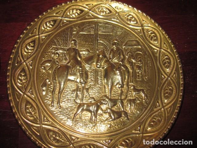 PLATO DE BRONCE ANTIGUO DE CAZADORES (Antigüedades - Hogar y Decoración - Platos Antiguos)
