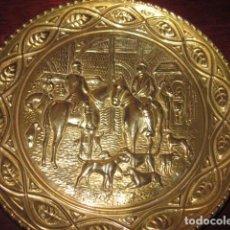 Antigüedades: PLATO DE BRONCE ANTIGUO DE CAZADORES. Lote 112873215